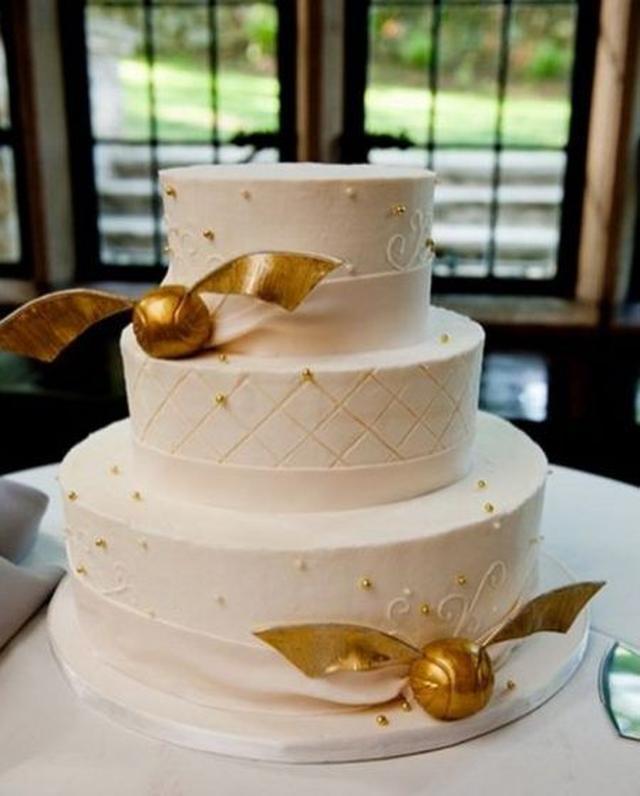 画像: 金のスニッチが乗ったウェディングケーキがキュート。 Ⓒjustynakoscielska