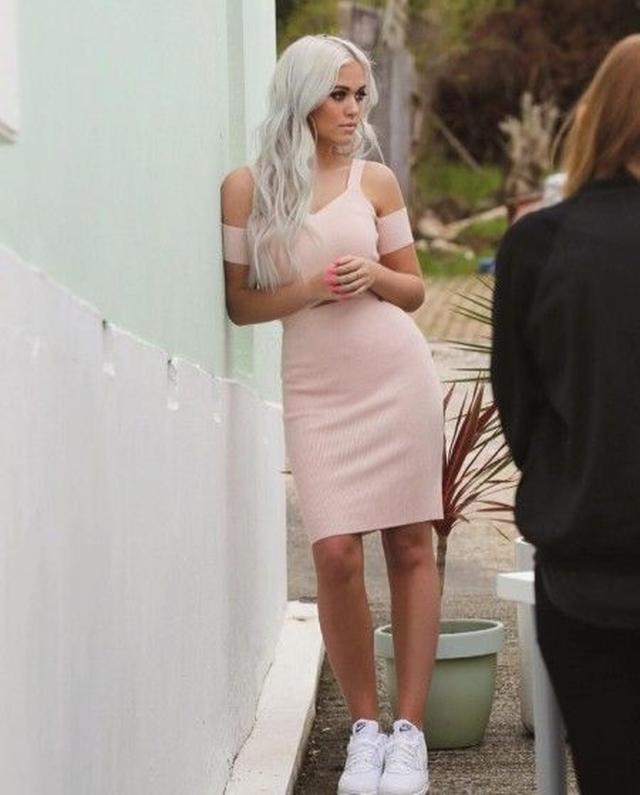 画像: アリアナ・プロデュースのLipsyのワンピースを着て撮影中のロティ。