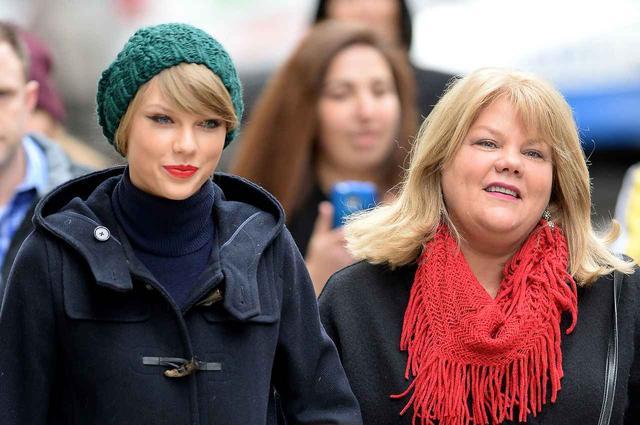 画像: テイラーは母親と共にニューヨークでランチへ。