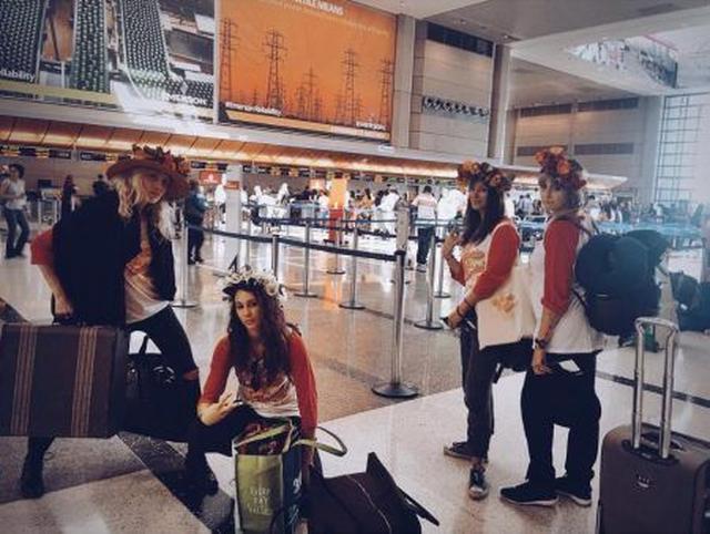 画像: 親しい女友達と一緒にまずはギリシャへ向けて出発!