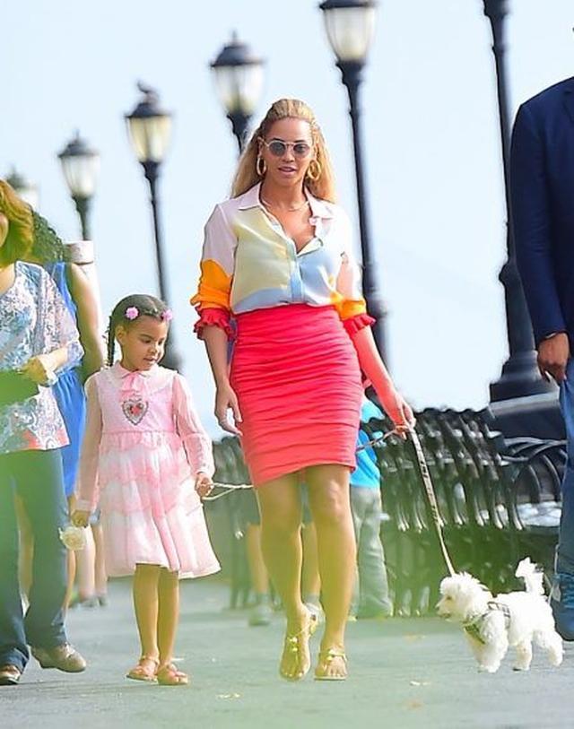 画像2: 【写真】ビヨンセが娘と一緒に公園へ犬の散歩へ ネット上の反応がおもしろい