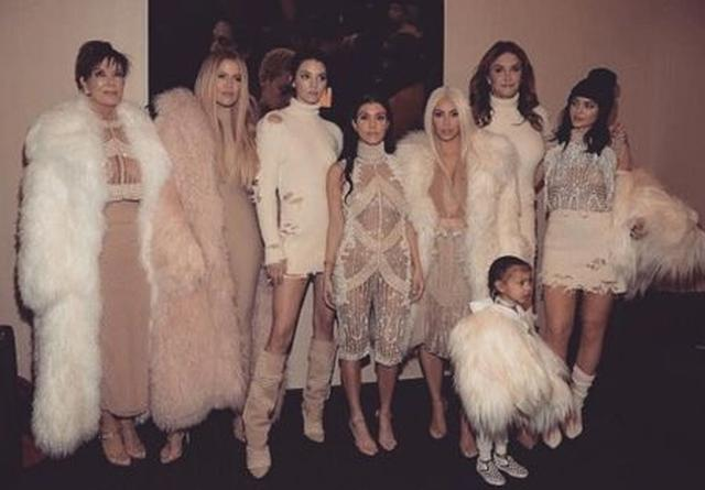 画像: 左から母親のクリス、クロエ、ケンダル、コートニー、キム、トランスジェンダーの父親ケイトリン、カイリー、手前がキムとカニエの娘ノース。