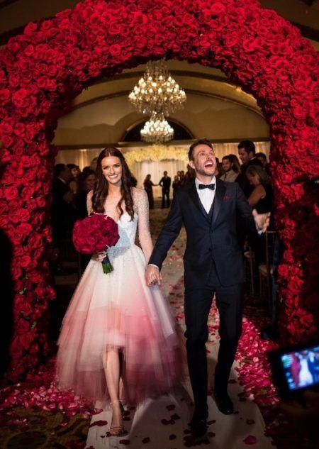 画像: 裾が血に染まったようなグラデーションが珍しいウェディングドレスはChristian Sirianoのもの。 ⒸLydia Hearst