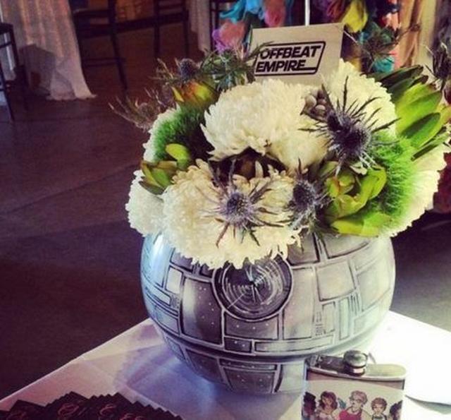 画像: デス・スターの花瓶に生けたフラワーアレンジメント。 ⒸOffbeat Empire