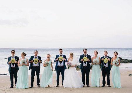 画像: グルームズマン(花婿が選ぶ友人代表の男性たち)がタキシードの中に着たレゴTをチラ見せして記念撮影。 Ⓒlittleglimpses81