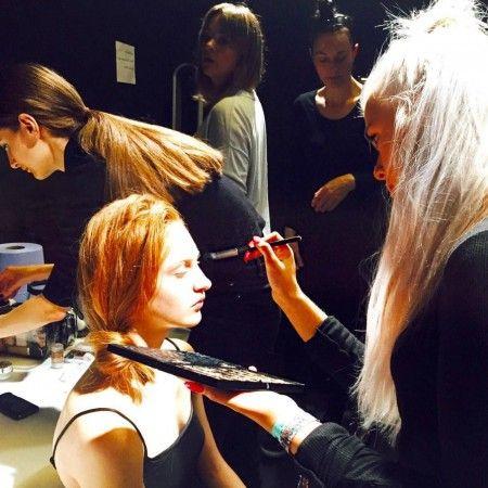 画像: ロンドン・ファッションウィークのバックステージでモデルたちのメイクを手がけるロティ。
