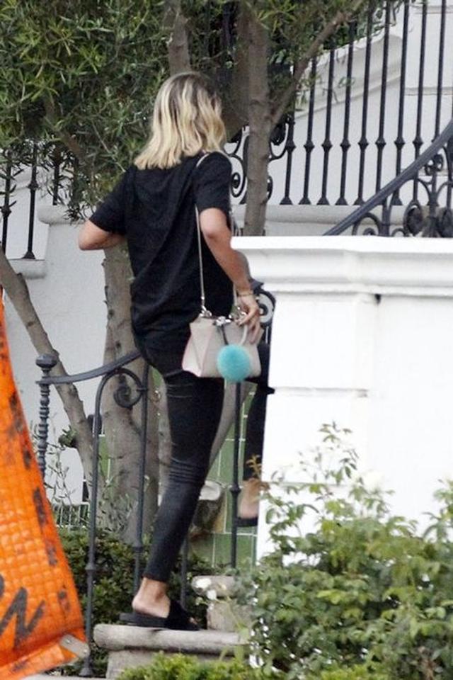 画像: オールブラックスタイルにFendiのバッグやファーチャームが映えてキュート。