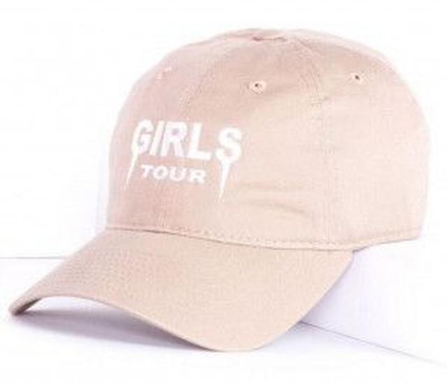 画像: ちなみにアリアナが着用しているのはSosorellaの「GIRLS TOUR」とロゴが入った ヌードカラーのキャップ 。価格は約3,000円(30ドル)で日本にも発送している。