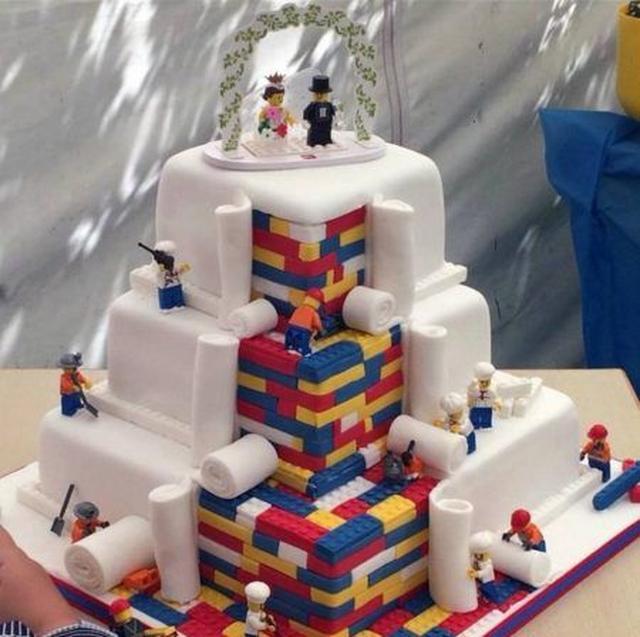 画像: レゴマンたちが、ケーキを作っているというユニークなコンセプトのケーキ。 Ⓒawesome_cakes7
