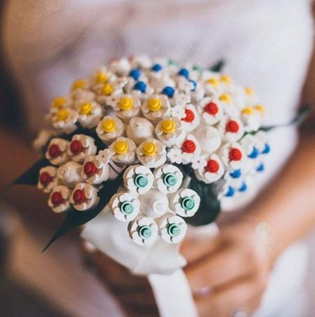 画像: レゴブロックで作った花嫁用のブーケ。 Ⓒlittlemissbowie
