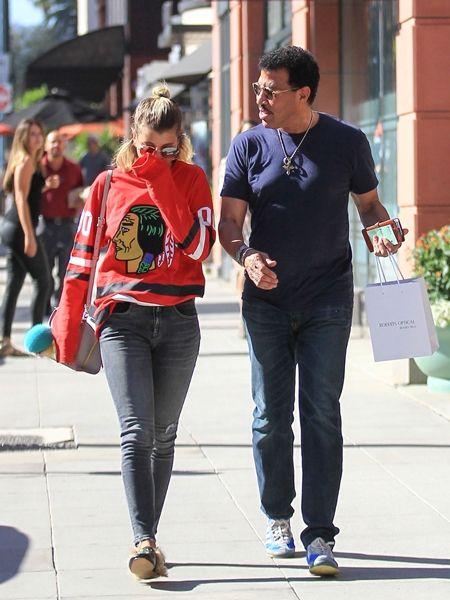 画像: 父親のライオネル・リッチーと買い物を行く時も、ボーイッシュなスタイルに取り入れて。