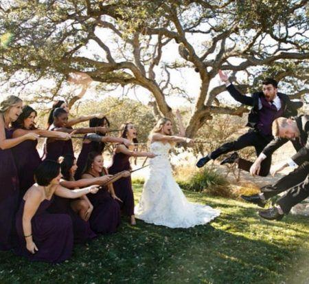 画像: 新郎新婦とゲストは魔法のステッキを持って記念撮影するのがお決まり。 ⒸAllison Holker