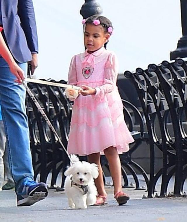 画像: ピンクのドレスでおめかししていたブルーちゃんがリードを持ってみる場面も。ちなみにリードは高級ブランドBurberryのもの。