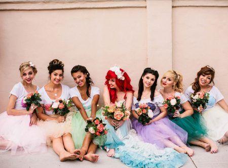 画像: 主人公アリエルの赤い髪を再現した花嫁の周りには貝殻プリントのTシャツにチュールスカートでマーメイド風の着こなしのブライズメイドたちが。 ⒸMark Brooke Photography