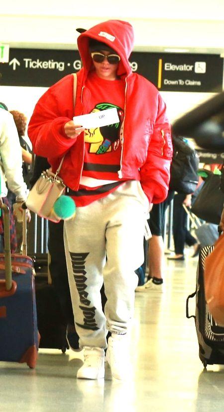 画像: 空港で目撃された時も、Fendiのバッグを肩からかけて。ちなみにスウェットパンツは、ジャスティンのツアーグッズ。