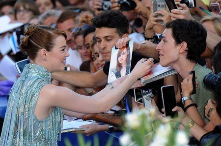 画像1: 『スパイダーマン』女優エマ・ストーンがレッドカーペットで見せた神対応