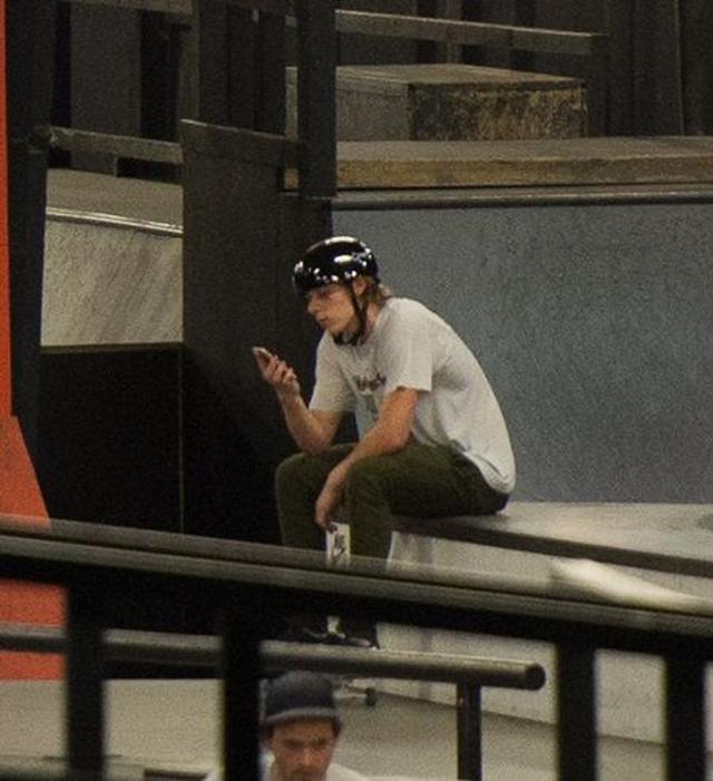 画像: 破局後にスケートパークで目撃されたブルックリンは寂しげな様子だったが。