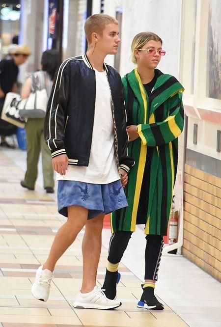 画像: 日本の街を一緒に散策するジャスティンとソフィア。