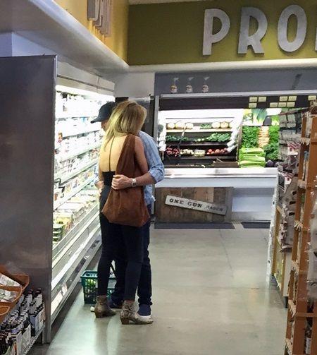 画像: 商品を選ぶジェイソンにロージーが寄りかかり、甘えていた。