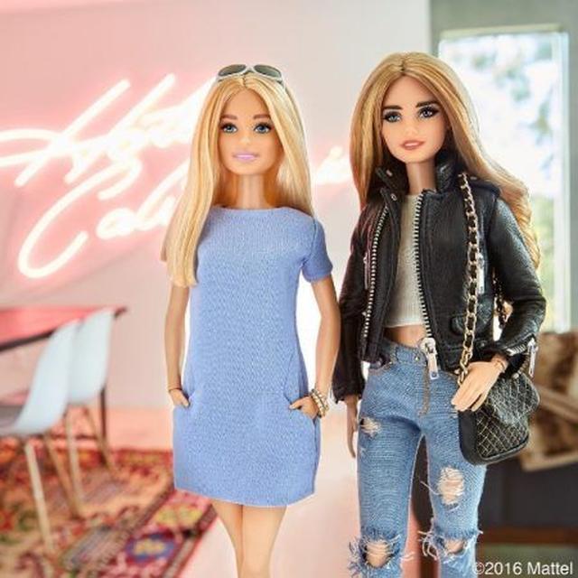 画像: バービーがキアラ(写真右)のLAの自宅に遊びに来たという設定で撮影されたイメージ写真。