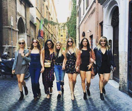 画像: 旅行に参加した女友達全員でイタリアの街を横一列に並んで歩きながら記念撮影。左から2番目がトローヤン、その右隣にシェイ&アシュレイ。