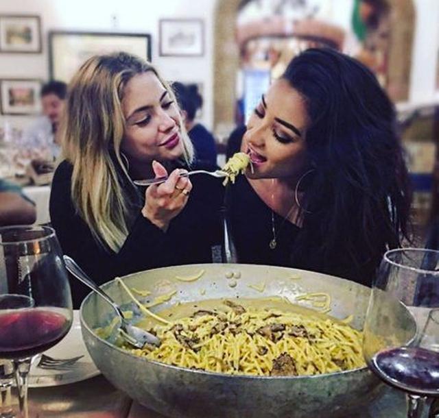 画像: アシュレイ&シェイは地元のレストランで巨大パスタに舌鼓。