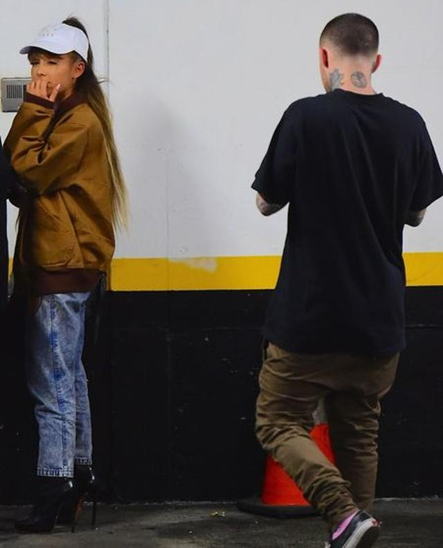画像: VMAのリハーサルを終えてマックと出かけるアリアナ。