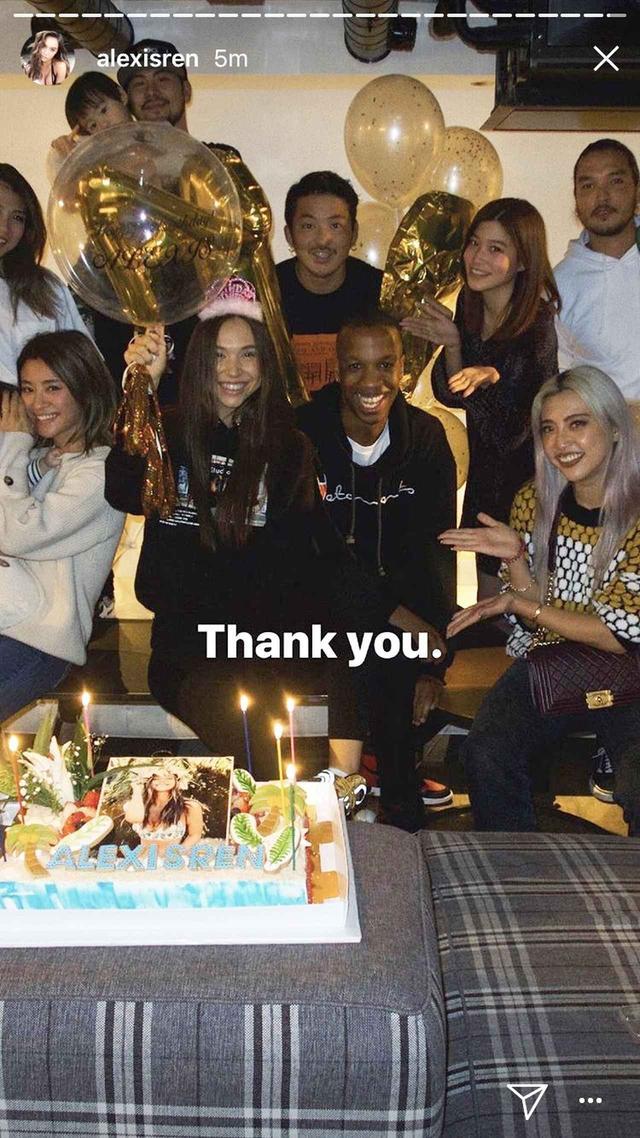 画像: お祝いしてくれた友人たちと一緒に記念撮影。©instagram/alexisren