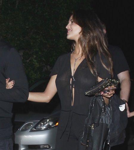画像: カルヴィンの腕に手を回すエイザは嬉しそうな表情だった。