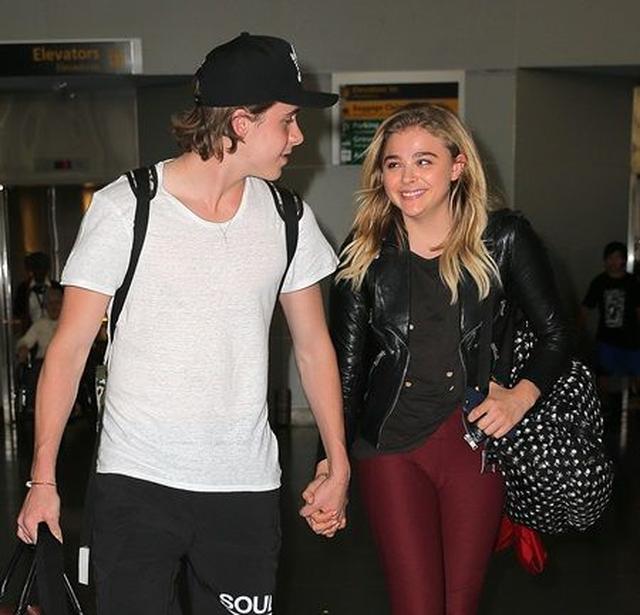 画像: NYの空港では手をつなぎ見つめ合い。