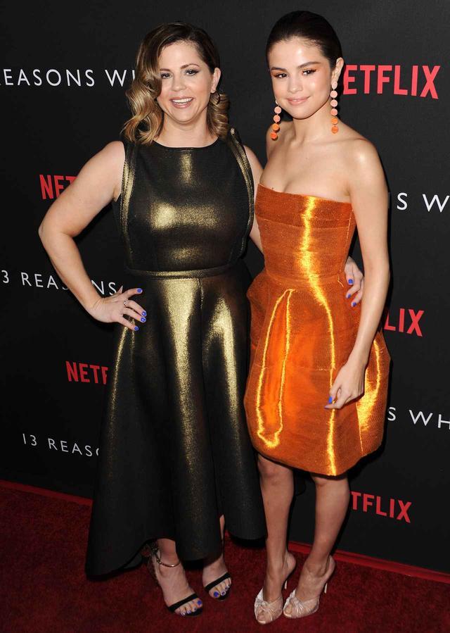 画像: セレーナがプロデュースしたドラマ『13の理由』のプレミアにて、母親と2ショット。