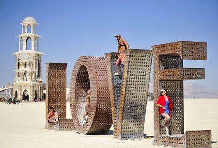画像: 砂漠の名物フェス「バーニングマン」にセレブたちが続々と参加