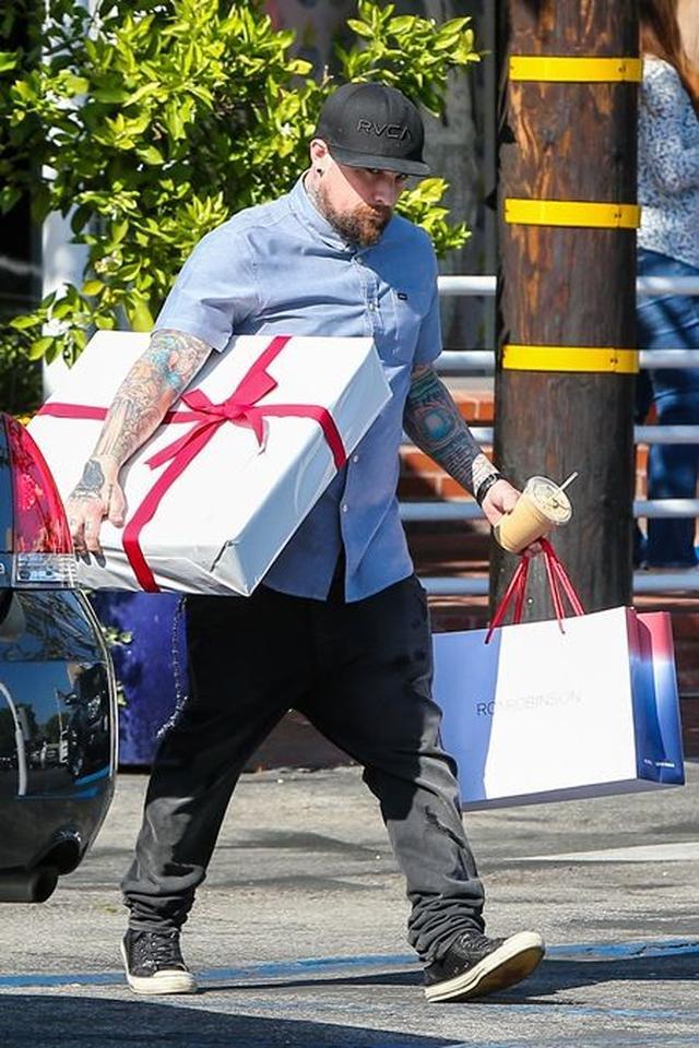 画像: フレッド・シーガルで妻へのプレゼントを買うベンジー。