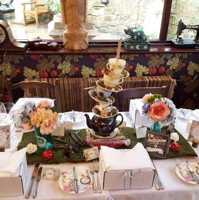 画像: マッドハッタ―のティーパーティーをイメージしたゲスト用のテーブル。 Ⓒvictoriaalice0