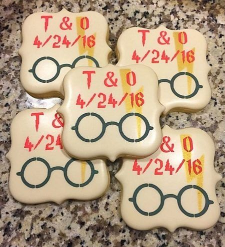 画像: 挙式の日付が入ったハリーの眼鏡と稲妻マークのクッキー。 Ⓒthebellmawrbaker