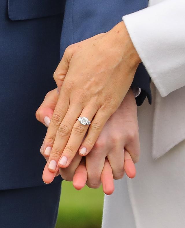 画像3: 婚約発表後初のツーショットで指輪をお披露目