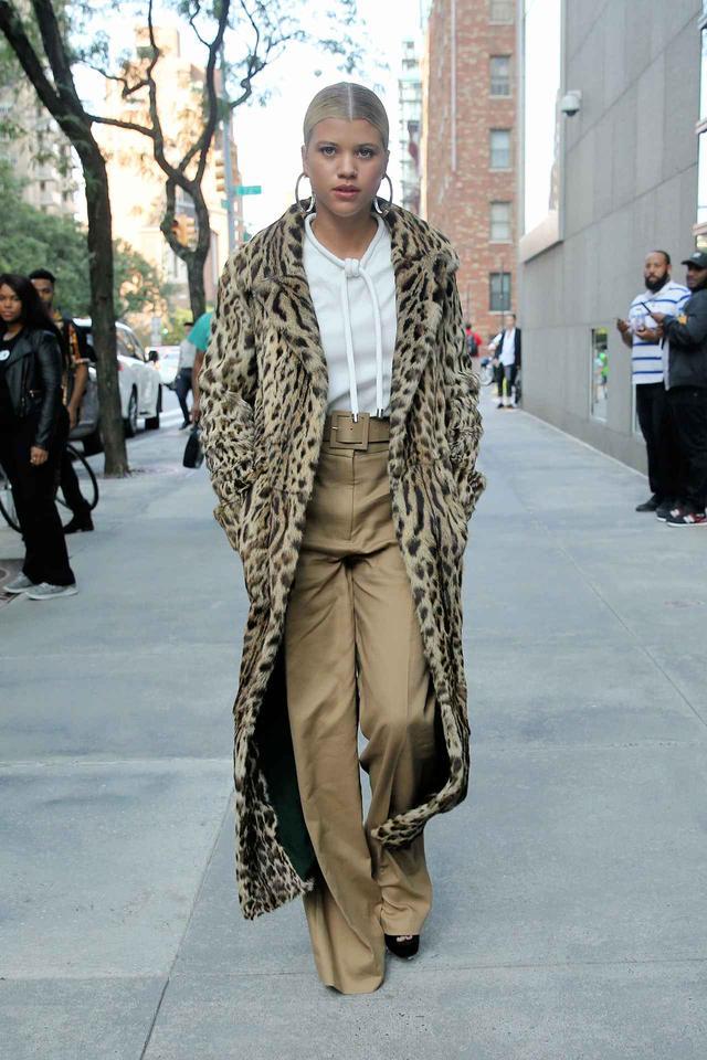 画像: 19歳の2世モデル、貫録たっぷりのファーコートスタイルを披露