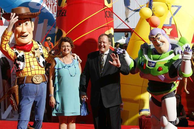 画像: 自身が手がけた『トイ・ストーリー』のキャラクターとともに笑顔で手を振る、ラセター氏(中央右)。