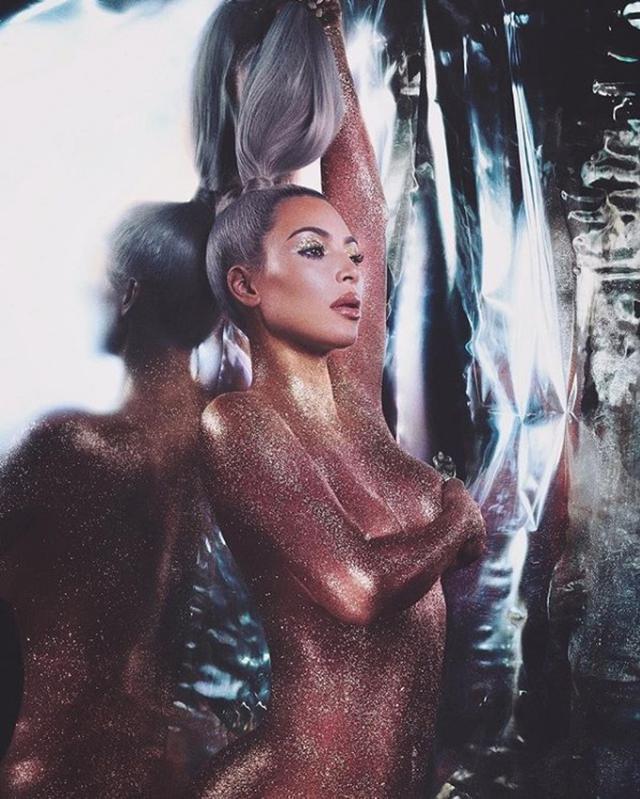画像: 全裸にキラキラ輝くグリッターをON
