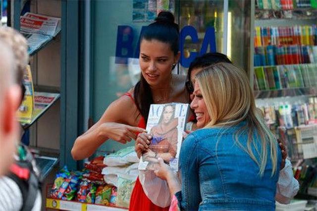 画像: ブラジルでは国民的人気のアドリアナ。自身が表紙の雑誌を持っていたファンからの記念撮影のリクエストにも気さくに応じていた。