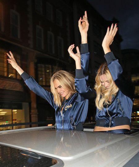 画像: 移動車のルーフトップから身を乗り出してノリノリで踊りながらアフターパーティーの会場に到着したカーラ&マーゴット。