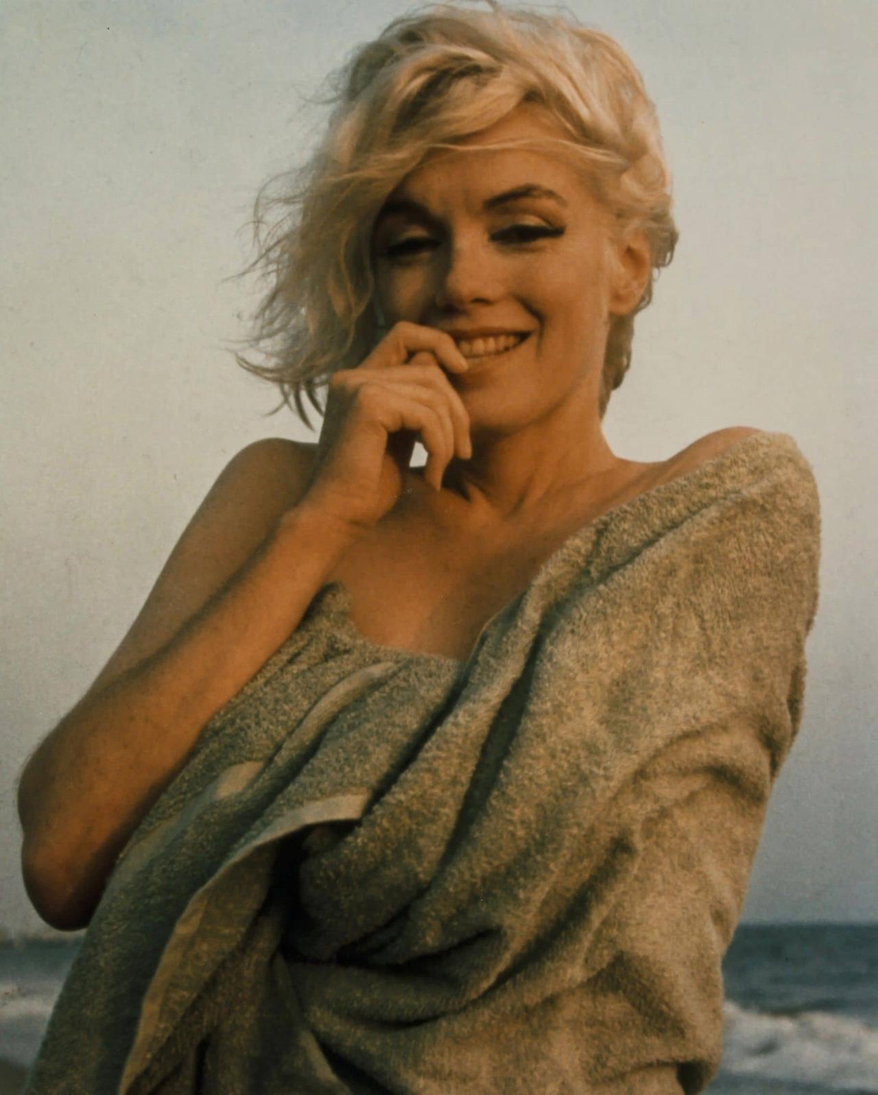 画像: 1962年、マリリンが急逝する3週間前に撮影された最後のフォトセッションより。