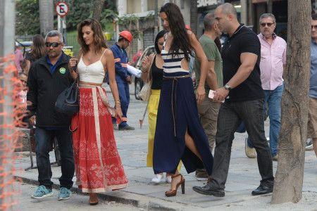画像: 2人とも涼し気なロングスカートを取り入れたスタイルで。2人の周りは「Rio」のバッジを付けたボディーガードたちが、がっちりガード。