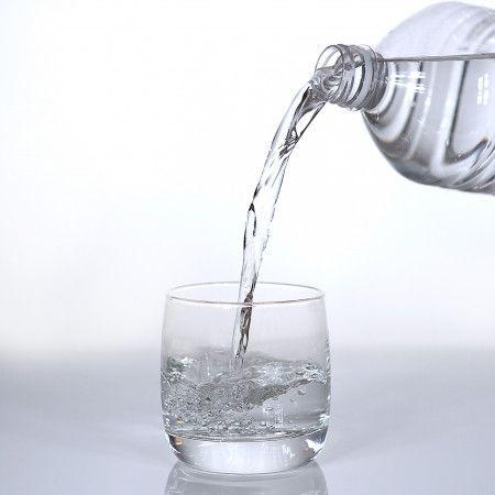 画像: 飲むべきなのはあくまでも水。アルコールやカフェイン入りの飲み物はできるだけ避けて。