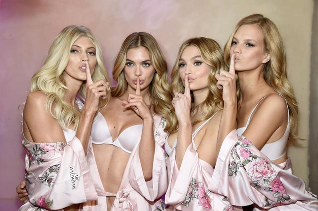 画像: 出演するモデルたちには、毎年デザインが違うピンクのガウンが渡される。