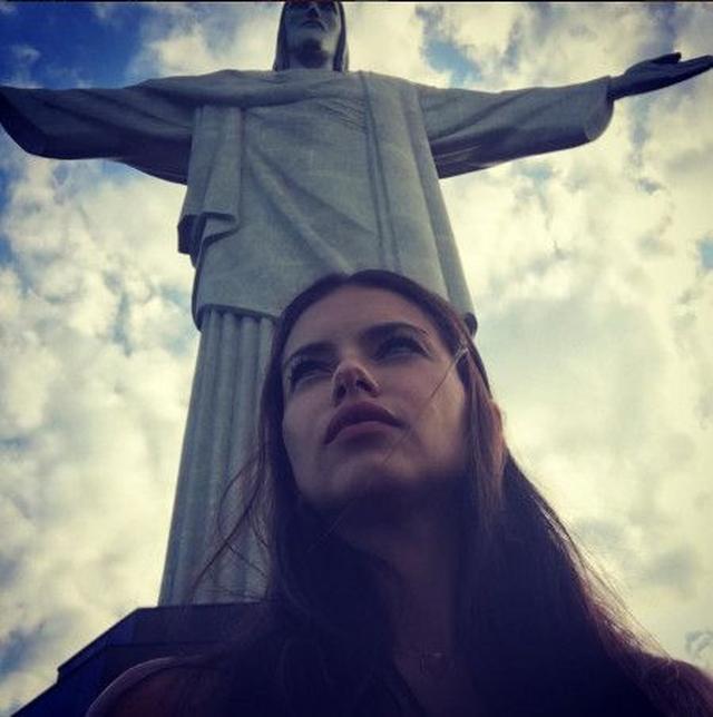 画像: アドリアナは母国語で「恵まれた都市、これまでの私の成功とこの瞬間に感謝するわ」とコメント。 ⒸAdriana Lima