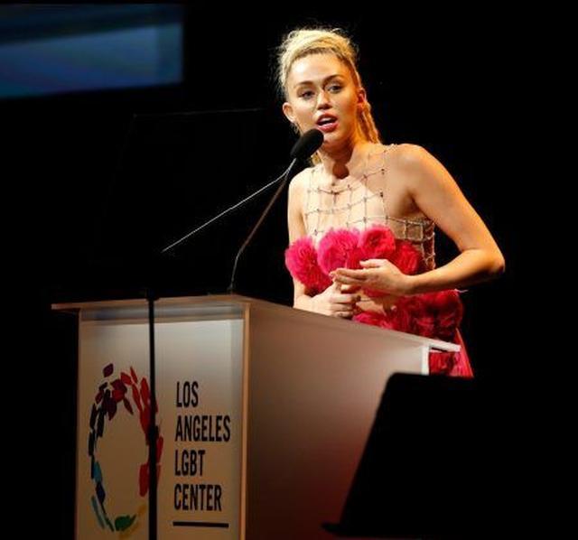 画像: 昨年はLGBTコミュニティへの支援活動を評価され功労賞を受賞したマイリー。熱のこもったスピーチを繰り広げた。