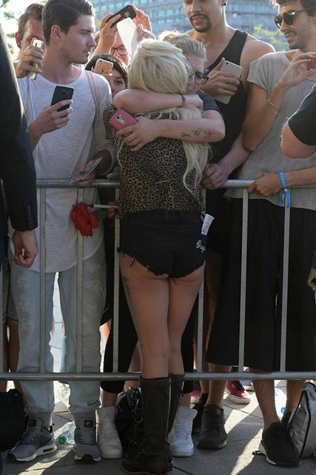 画像: 感極まったファンを、ギュッと抱きしめるガガ。