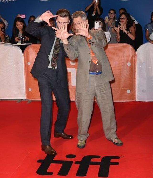 画像: 隣にいるのは、ドキュメンタリー映画の監督ジョナサン・デミ。