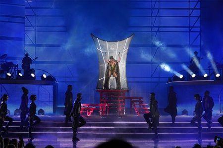 画像: 煙幕の中から現れ、公演スタート。